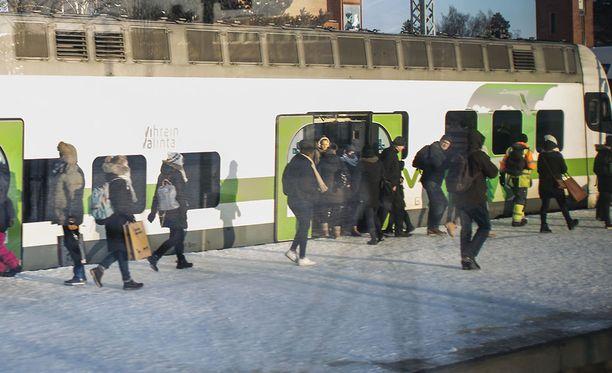 Matkustaja kävi käsiksi lipuntarkastajiin Louhelan asemalla. Kuva ei liity tapaukseen.