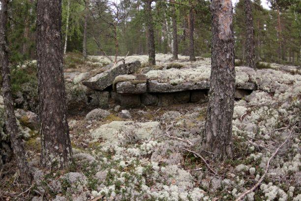 Sammallahdenmäellä pääsee ihmettelemään pronssiaikaisia hautaröykkiöitä.