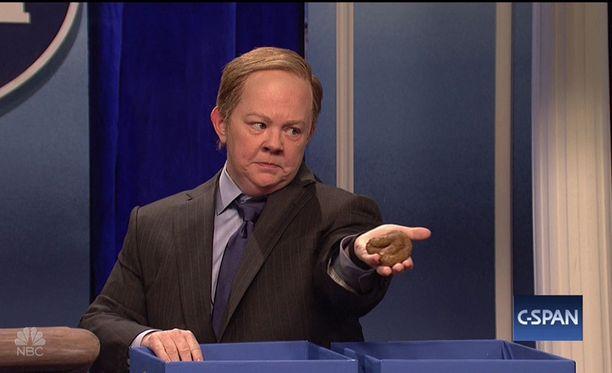 Koomikko Melissa McCarthy esitti Saturday Night Liven sketsissä Valkoisen talon lehdistöpäällikkö Sean Spiceria.