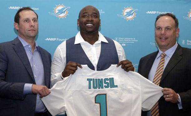 Miami Dolphinsin päävalmentaja Adam Gase (kuvassa vasemmalla) ja seurapomo Mike Tannenbaum esittelivät uuden ykkösvarauksensa.