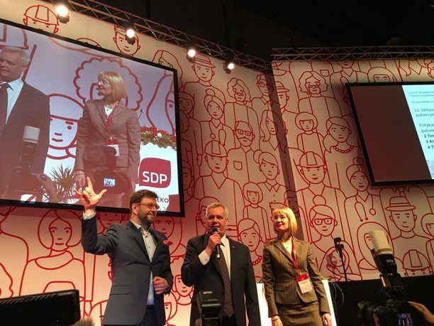Timo Harakka kiitti puolueväkeä toisella äidinkielellään.