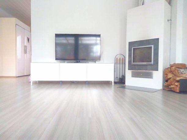 Kodin sisustus on minimalistinen.