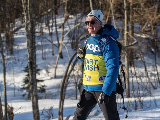 """Virolaishiihtäjä Karel Tammjärv sanoi saaneensa dopingkohun pääkonnaksi nimetyn saksalaislääkärin Mark Schmidtin yhteystiedot alun perin Mati Alaverilta (kuvassa). Tammikuussa Otepäässä kuvatulla Alaverilla on yllään FIS:n liivi, jossa näkyy järjestön dopinginvastaisen taistelun slogan """"Clean as Snow""""."""