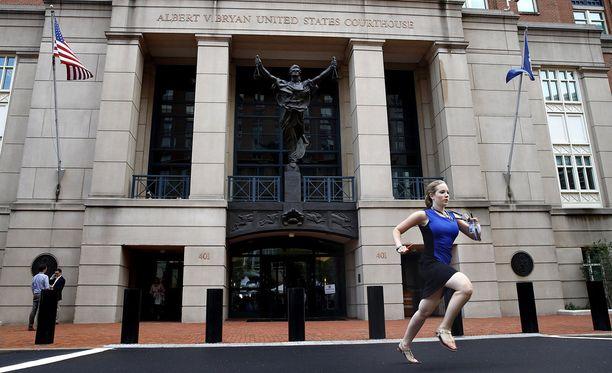"""NBC Newsin harjoittelija Cassandra Semyonin pikajuoksu oikeustalolta on nostanut hänet """"journalistiseksi sankariksi""""."""