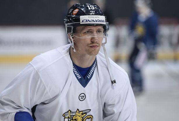 Veli-Matti Savinainen sai kiekon käteensä.