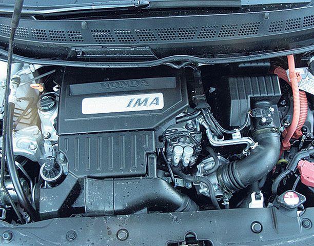 IMA:ksi nimetty pieni sähkö-moottori on kiinteästi asennettu polttomoottorin ja vaihdelaatikon väliin.