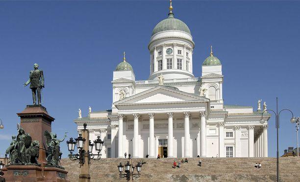 Suomi ei loista myöskään kaupunkien tarjoamissa elämyksissä. Suomalaisia ihmisiä pidetään yleensä ottaen rehellisinä, ahkerina, taitavina ja kiehtovina.