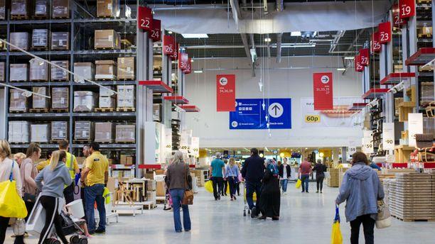 Korkeat, numeroidut hyllyrivit: Perinteinen Ikea-näkymä.