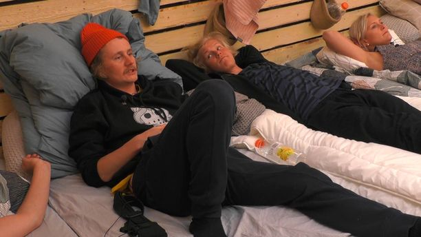 Kristian, Helmeri ja Anu nukkuvat vierekkäin.