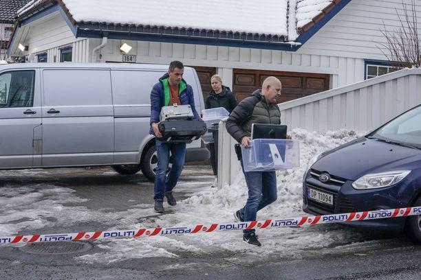 Poliisit kantoivat tavaraa ulos oikeusministeri Tor Mikkel Waran ja hänen avovaimonsa Laila Anita Bertheussenin kodista Oslossa torstaina.