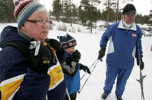Aila (vas.), Perttu ja Pentti Utriainen hiihtivät Virpiniemeen Martiniemestä.