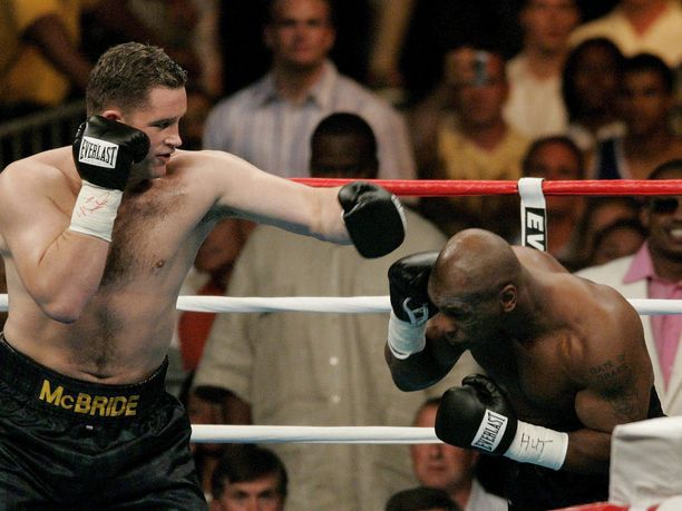 Kevin McBride (vas.) myllytti Mike Tysonin kanveesiin kesäkuussa 2005.