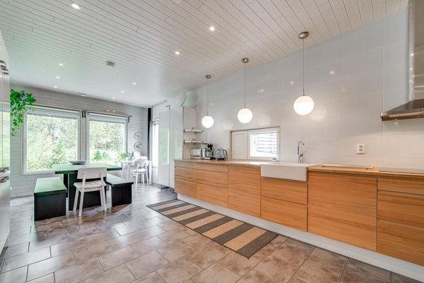 Yläkaapittomuuden myötä moniin keittiöihin on nyt asennettu kattovalaisimet työtason ylle. Ratkaisu tuo persoonallista ilmettä keittiöön.