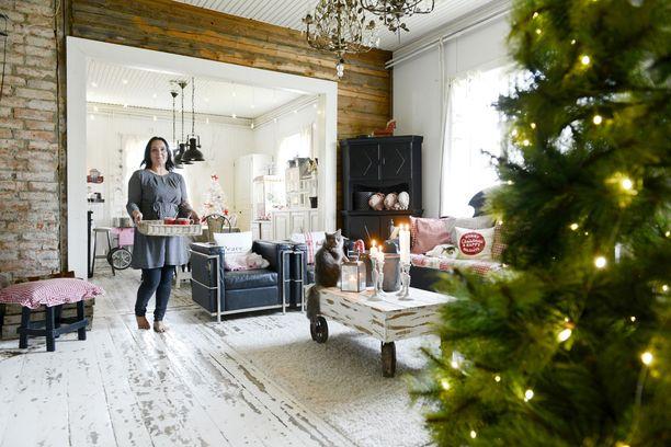 Paljaaksi jätetyt seinät, kulunut lautalattia ja vaaleat pinnat. Ruutiaisten koti henkii lämmintä tunnelmaa, vaikka siellä ei olisi joulukoristeita.