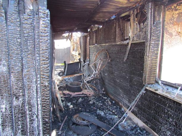 Palanut Raahen rivitalon julkisivu. Pidennetty räystäs ja varastot muodostivat suotuisat olosuhteet palon leviämiselle huoneistosta toiseen.