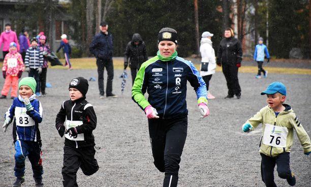 Krista Pärmäkoski juoksi noin 200 lapsen kanssa Lempäälässä torstaina.