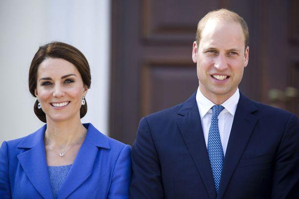 Myös Catherine jää kotiin tällä kertaa, eikä matkusta Williamin mukana.