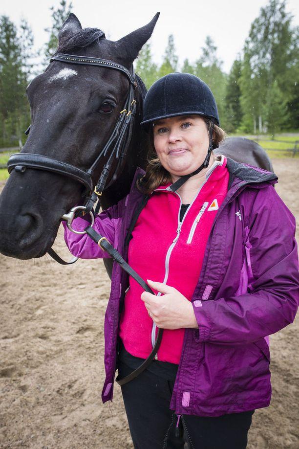 Suomessa puhutaan kroonisesta väsymysoireyhtymästä, mutta rasitusintoleranssisairaus kuvaa sairautta paremmin. Tässä sairaudessa rasituksen sietokyky on laskenut, Annukka Harjula sanoo.