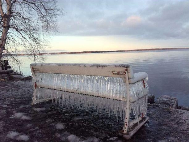 Penkki sijaitsee Näsijärven rannassa Koukkuniemen vanhainkodin alueella vanhalla laivalaiturilla.