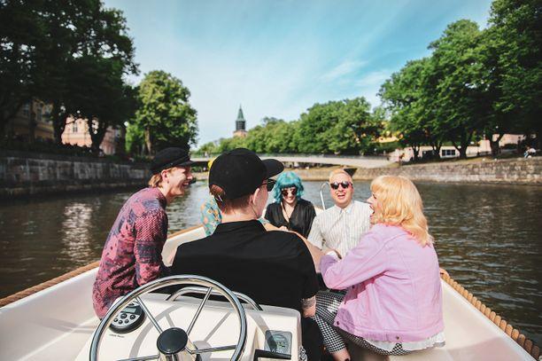 Låma-sähköveneen voi vuokrata vaikkapa kaverien kanssa.