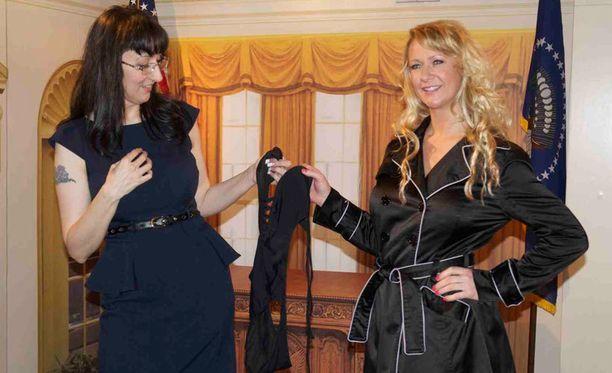 Erotiikkamuseon edustaja otti vastaan Carrien antamat lahjoitukset.