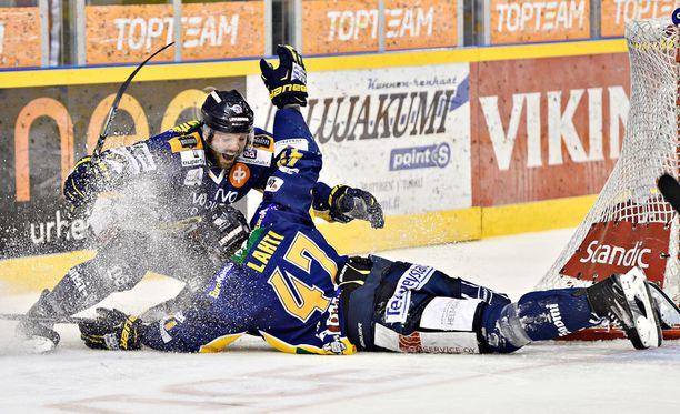Janne Lahti tuuletti villisti ottelun voittomaalia.