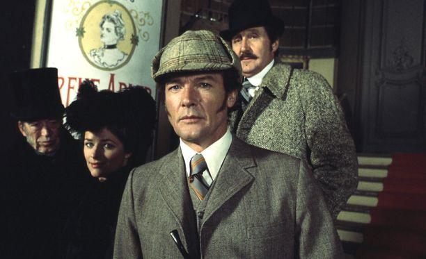 Roger Moore nähtiin urallaan myös Sherlock Holmesin roolissa.