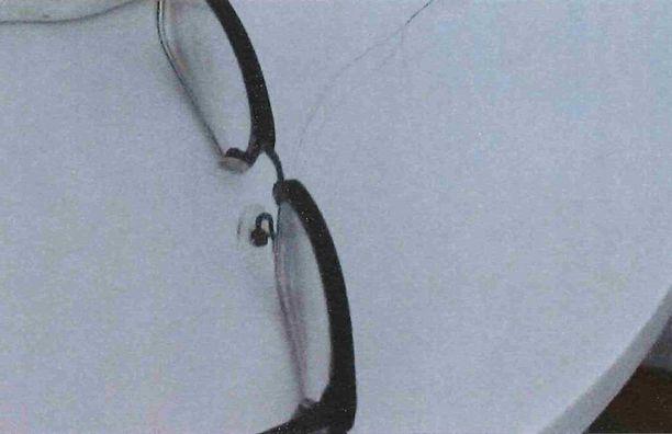 Uhrin asunnolta löytyivät silmälasit, joissa oli epäillyn hiuksia. Kiistanalaista on, käyttikö uhri juuri kyseisiä silmälaseja tapahtuma-aikaan.