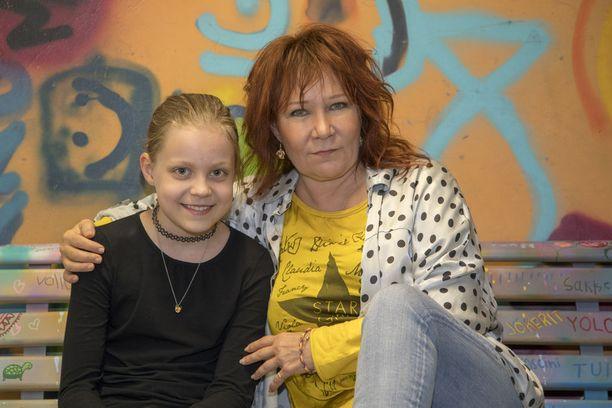 Virve Rosti nauttii työskentelystä tyttärentyttärensä Ebban kanssa. - Tämä on meidän yhteistä aikaa.
