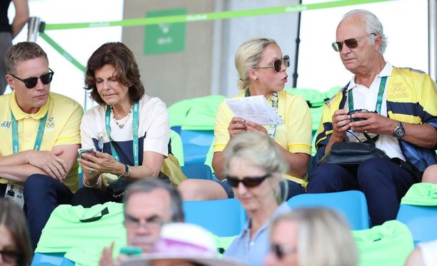 Kaarle XVI Kustaa (oikealla yläkulmassa) kiertää Rion kisojen suorituspaikoilla.