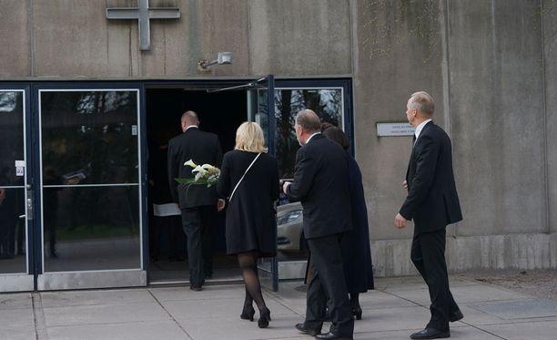 Lähes satapäinen hautajaisvierasjoukko saapui kunnioittamaan Pian elämää.
