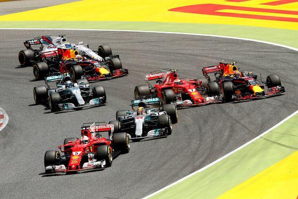 Vahinko jo tapahtunut:Valtteri Bottas kaartaa matkoihinsa, kun sekä Räikkönen että Max Verstappen ajautuivat hajonneilla autoillaan ulos.