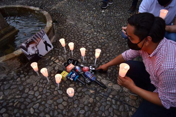 Paikalliset ovat vieneet mikrofoneja ja kynttilöitä paikalle, jossa Guevara ammuttiin.