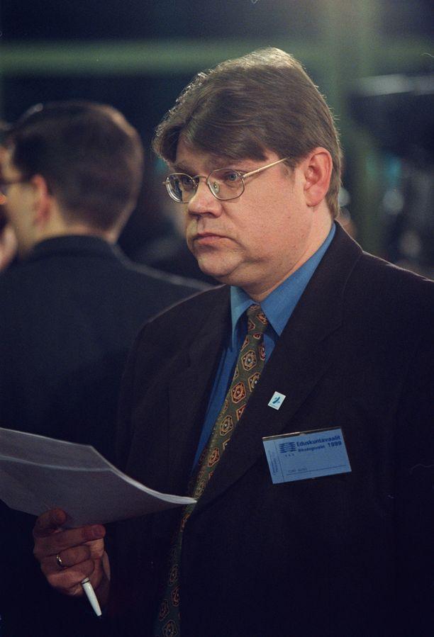 Timo Soini jännitti tuloksia Ylen televisioimassa vaali-illassa vuonna 1999.