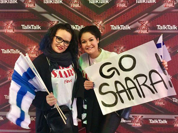 Go Saara! Kati Hukka ja Kati Turunen kannustivat Saaraa näyttävästi.