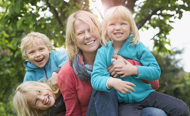 Kolmen lapsen vanhemmilla on jo suurperhe. Kuvituskuva.