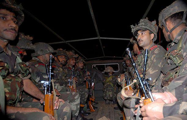 Intian armeijan sotilaat saapuivat pelastamaan panttivankeja hotelleista.
