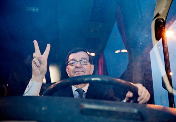 Paavo Väyrynen hyppäsi vaalibussinsa rattiin Helsingin Kauppatorilla joulukuussa 2011.