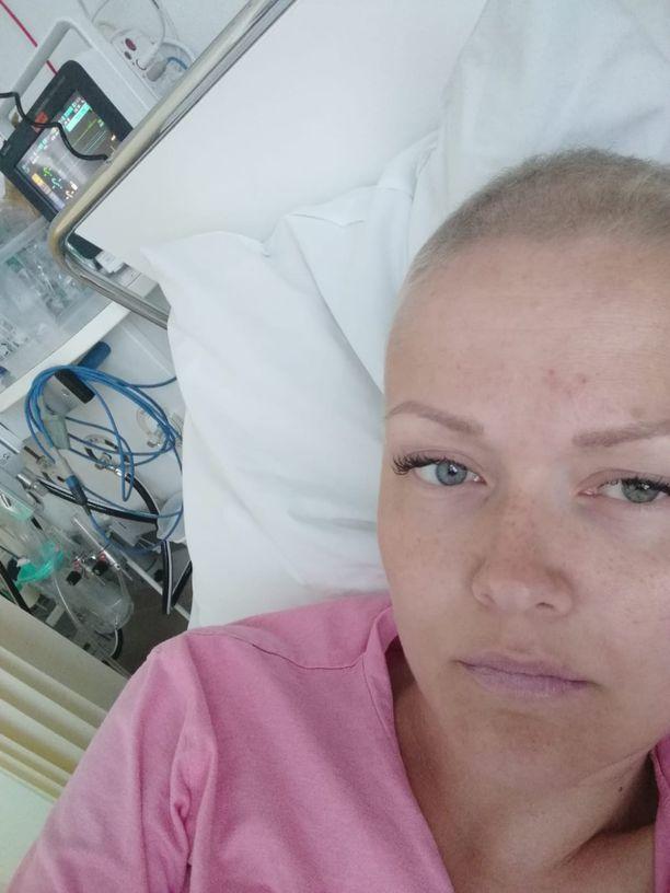 Kuvassa Janiina Hill sairaalassa. Janiinan rintasyöpä oli aggressiivista ja leviävää tyyppiä. Hän kävi leikkauksessa kaksi kertaa, kevään ajan sytostaattihoidoissa ja lopuksi vielä sädehoidoissa.