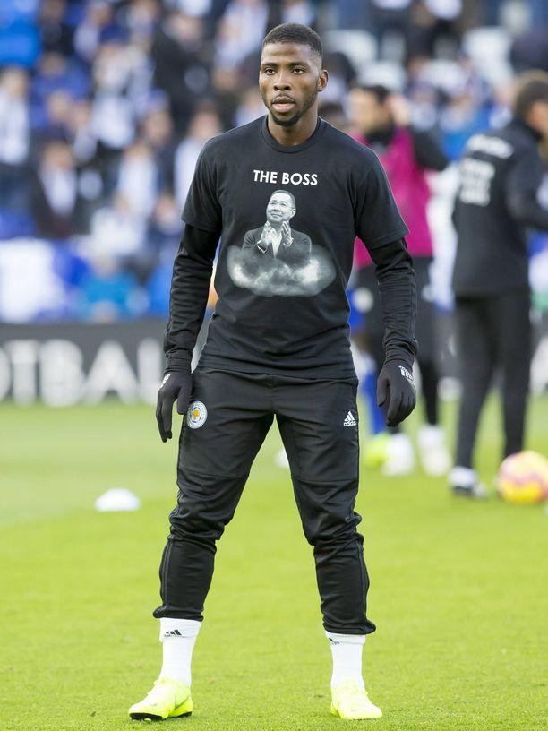Leicester Cityn pelaajat lämmittelivät mustissa t-paidoissa. Kuvassa Kelechi Iheanacho.