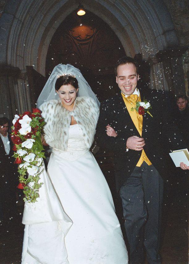 Jasmin Mäntylän ja Mike Raution häitä juhlittiin tammikuussa 2001. Mäntylä oli häissään vain 18-vuotias. Mäntylä haki aroa kolmen kuukauden jälkeen. Rautio on myöhemmin kertonut julkisuudessa homoseksuaalisuudestaan.