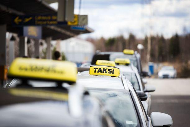 Taksiasemalta on noustu aiemmin jonossa ensimmäisenä olevaan autoon. Kun liikkeellä on monia erihintaisia takseja, voi asiakas hypätä haluamaansa taksiin vaikka jonon hänniltä. Ennen liikkeelle lähtöä sovittu hinta osoittautui IL:n testissä joka kerta edullisemmaksi kuin mittarihinta.
