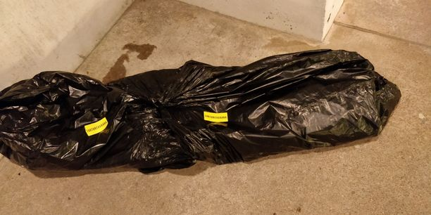 """Tämä paketti kiinnitti ohikulkijan huomion. Keltaisissa tarroissa paketin päällä lukee """"Tartuntavaara""""."""