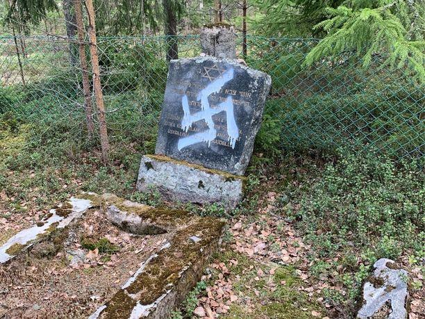 Juutalaishauta häpäistiin hakaristillä.