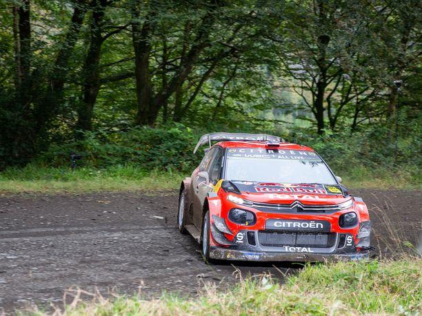 Esapekka Lappi lipsautti perjantai-iltapäivän ensimmäisellä erikoiskokeella Citroëninsa ojaan.