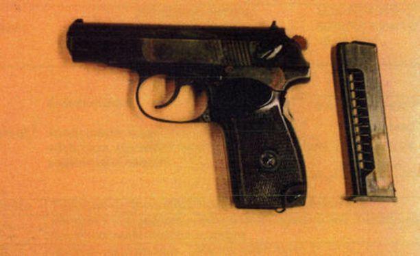 Ase ei lauennut - pistoolin toimintahäiriö pelasti kolmen ihmisen hengen.