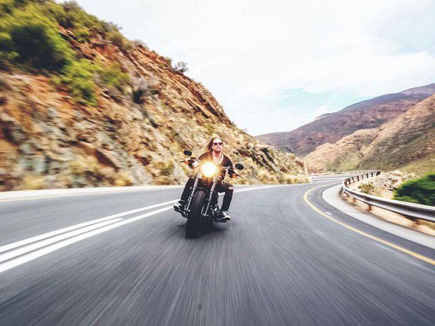 """Lars Johnson on hankkinut Kapkaupungissa jo moottoripyörän, mutta ei omaa asuntoa: """"Asiat tärkeysjärjestykseen"""", hän virnistää."""