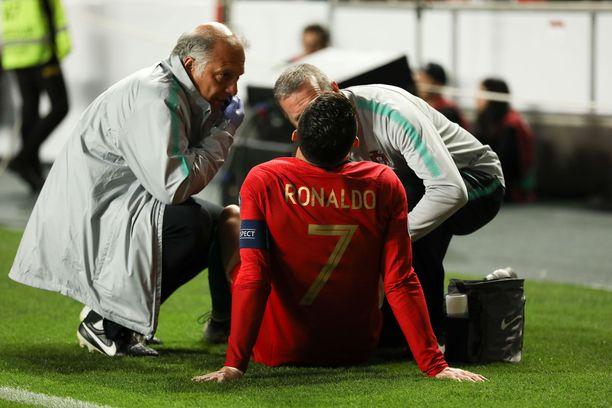 Cristiano Ronaldo huomasi heti pienen spurtin jälkeen, että joku osa meni rikki.