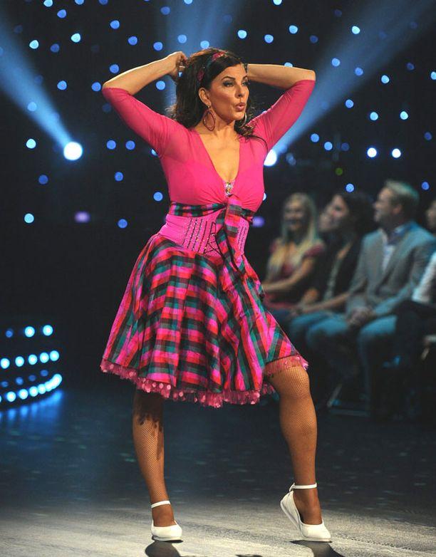 Muiden edessä tanssiminen jännittää Satu Silvoa.