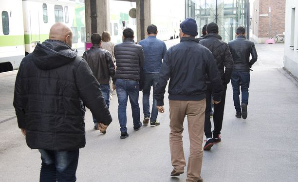 Yhdeksän irakilaisen miehen ryhmä saapui Tampereelle lähes tasan 3 vuotta sitten 14.9.2015 kello 15 maissa saapuneella pohjoisen junalla ja suuntasi suoraan Sorin poliisitaloon.